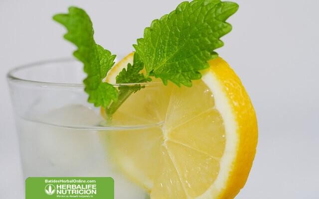 Agua de berenjena con limón para adelgazar naturalmente