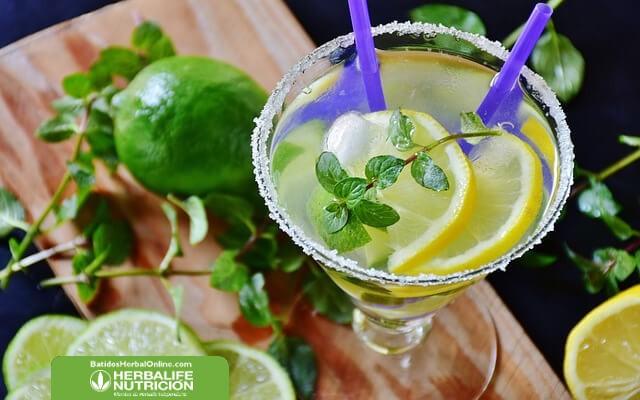 Bebida de té verde, pimienta y limón para adelgazar